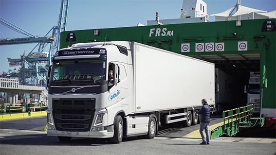 Un camión desembarca en el puerto de Algeciras.
